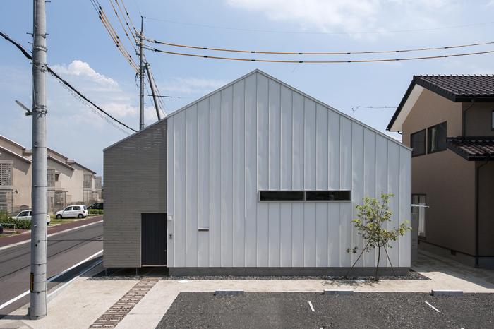 灰色の家の写真
